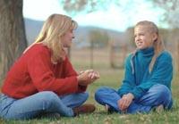 Imagen de una mujer hablando con una chica adolescente