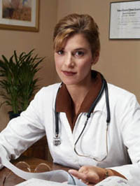 Una doctora sentada al escritorio de su consultorio