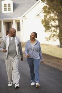 Foto de dos personas mayores caminando por el vecindario