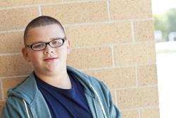 Fotografía de un adolescente con sobrepeso