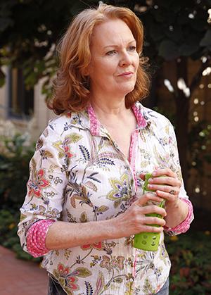 Mujer caminando al aire libre con una botella de agua.